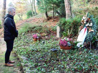 Gedenken von Bürgermeister Otto Neuhoff im Namen der Bürgerinnen und Bürger Bad Honnefs am Kranz, der auf dem Waldfriedhof in Rhöndorf niedergelegt wurde.